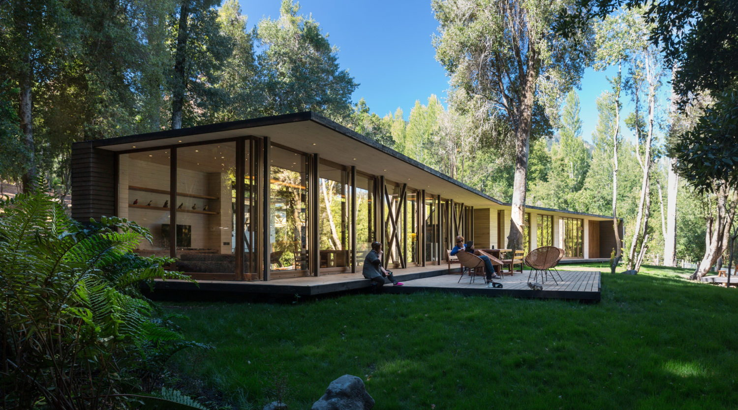 House in Lake Villarrica by Planmaestro