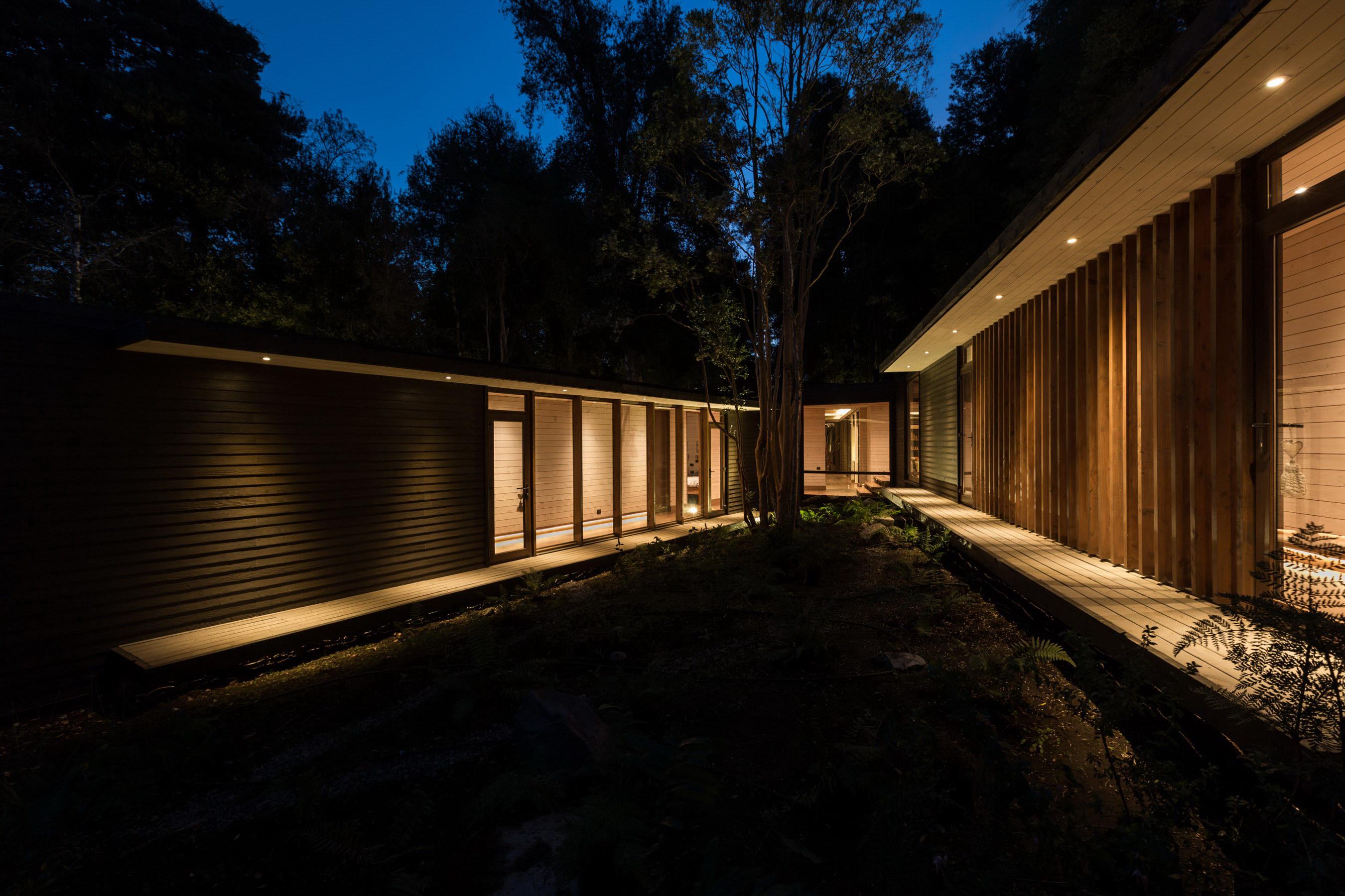 House in Lake Villarrica by Planmaestro