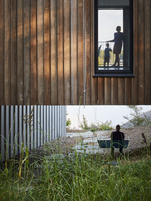 Sky House | Lakeside Home by Julia Jamrozik and Coryn Kempster