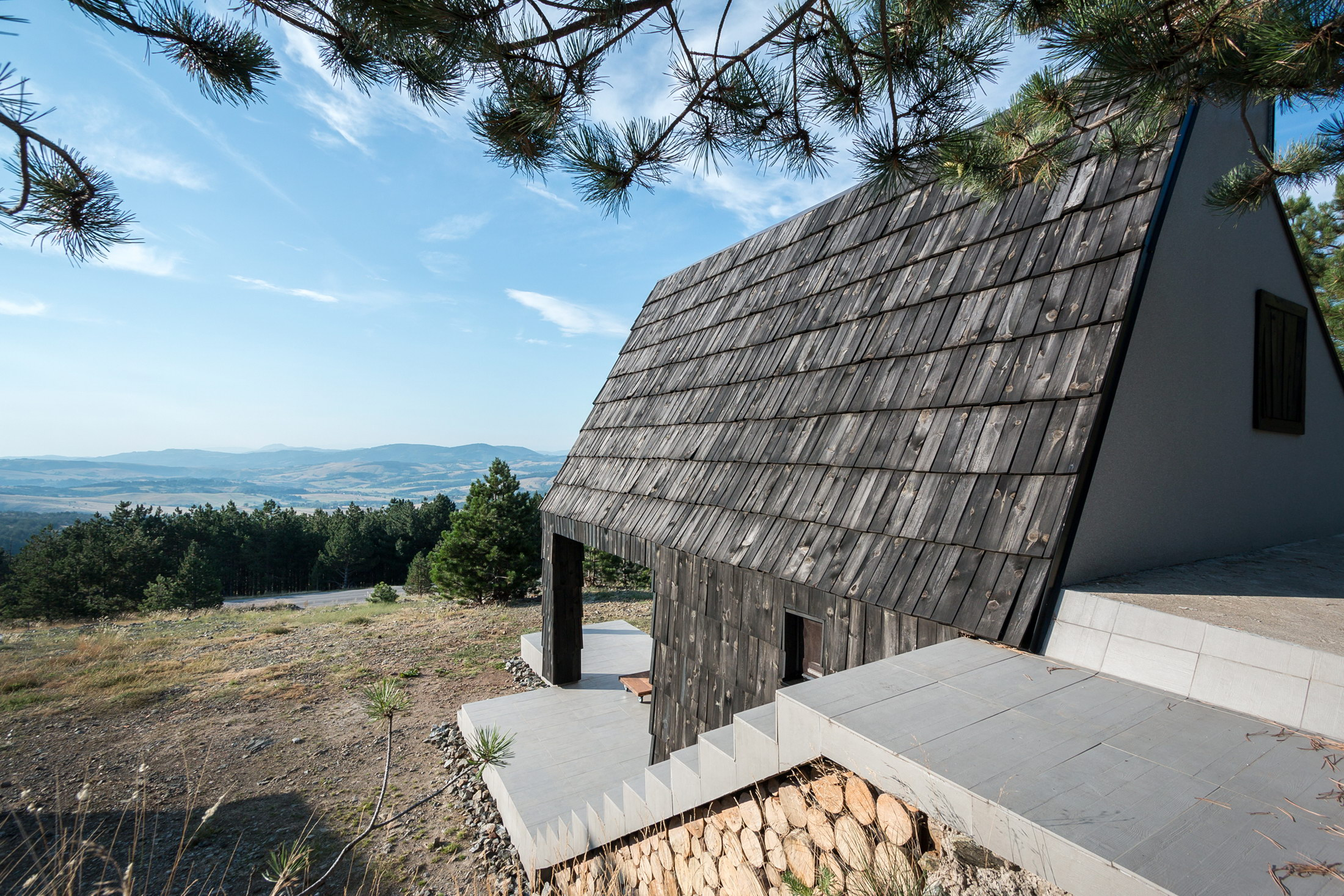 Divcibare Mountain Home – Remodeled Chalet by EXE studio