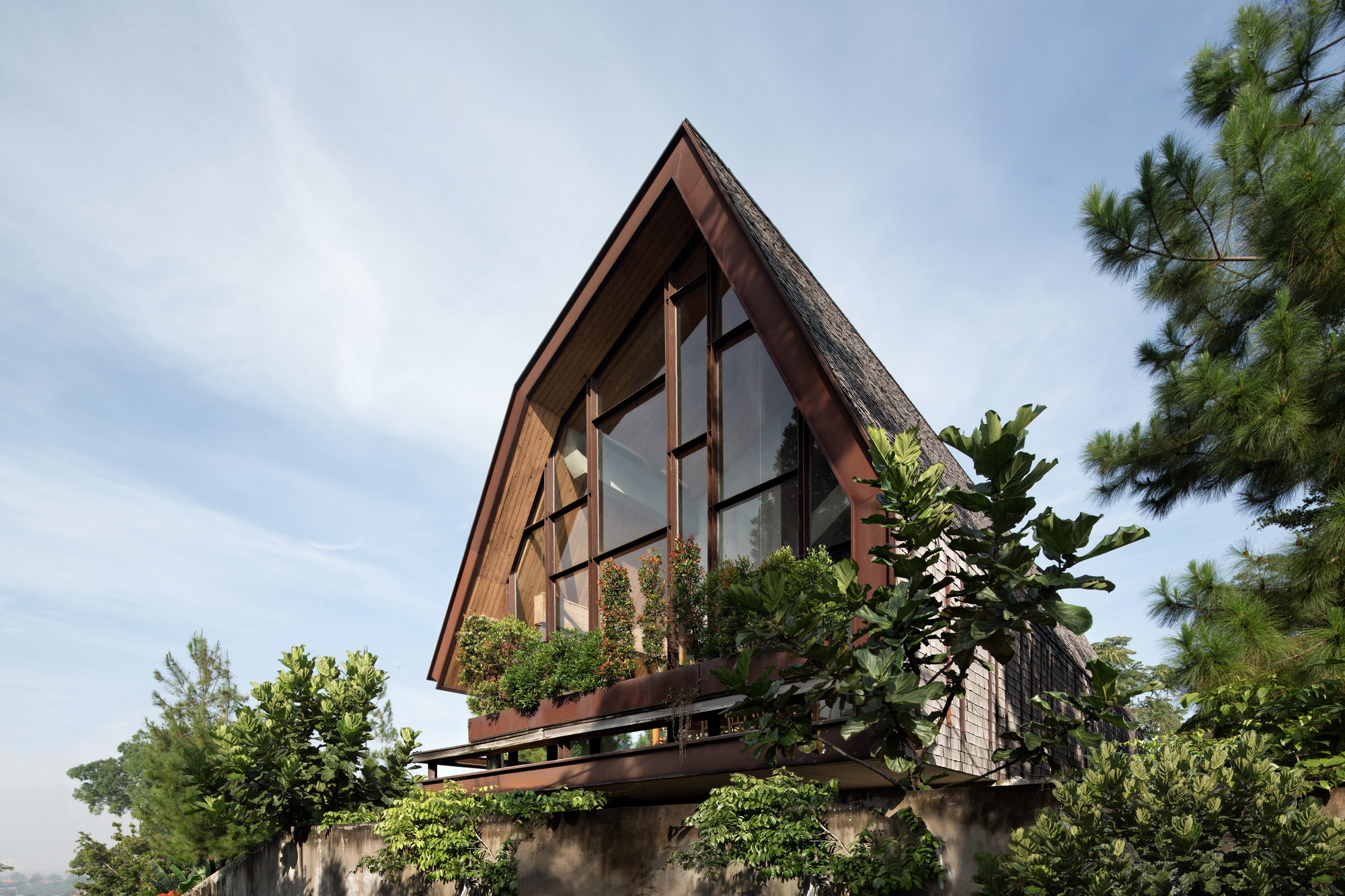 EH House in Bandung, Indonesia by Andramatin