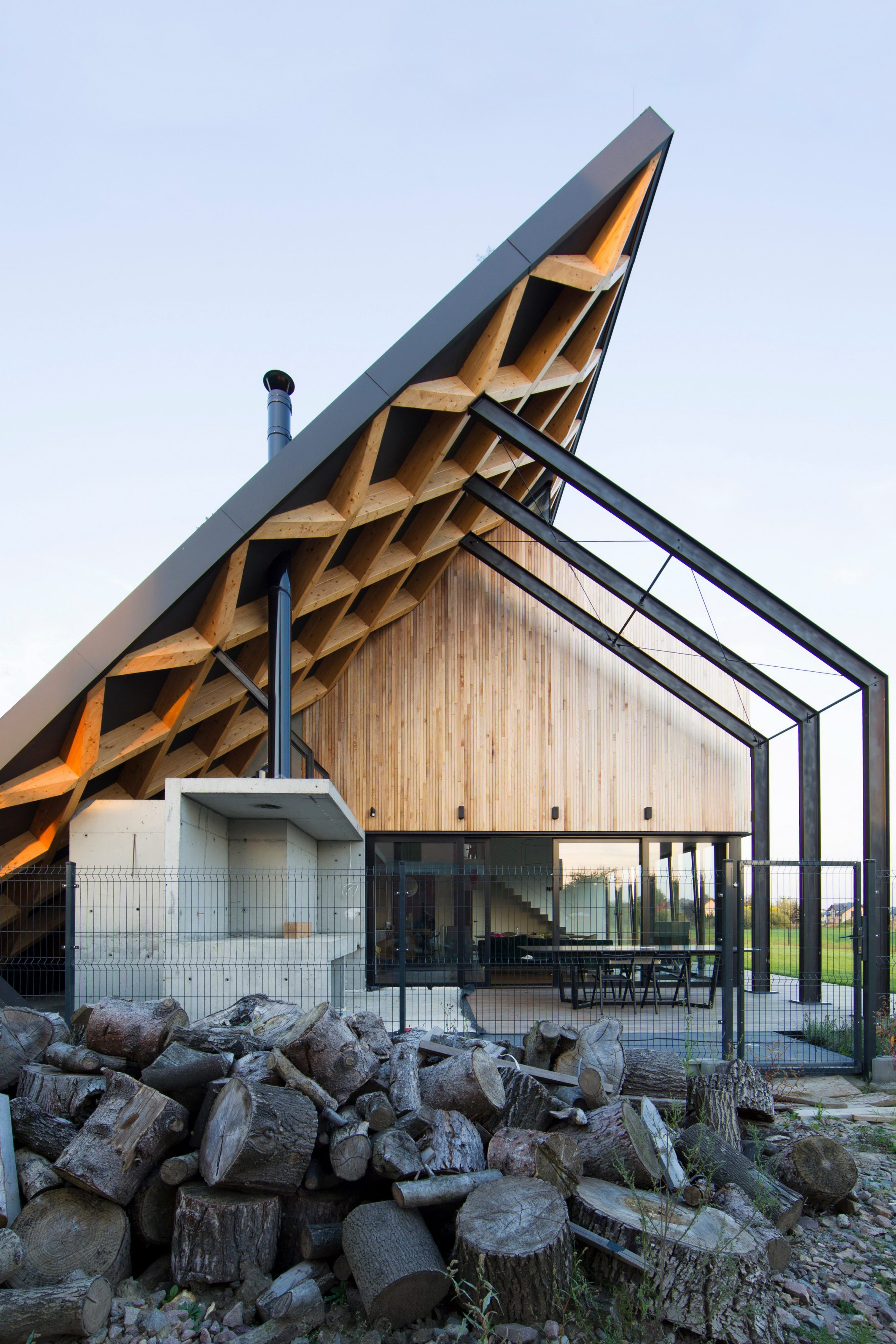 House Behind The Roof by Superhelix Pracownia Projektowa
