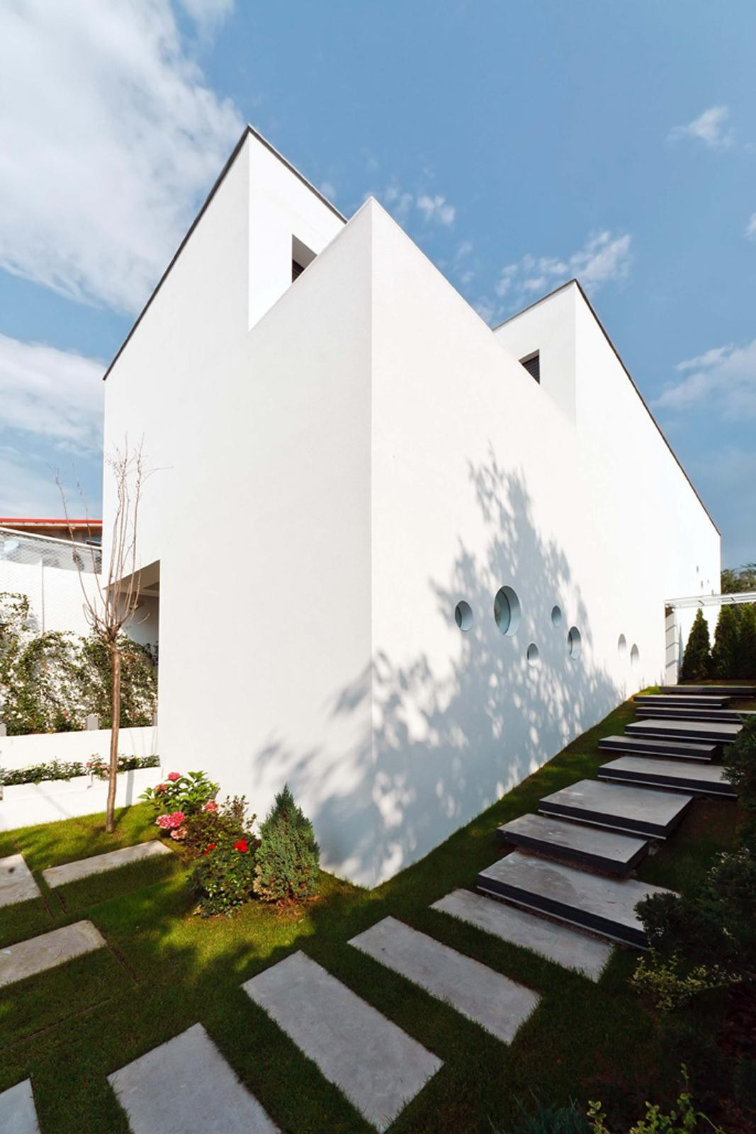 Vultureni House by TECON Architects