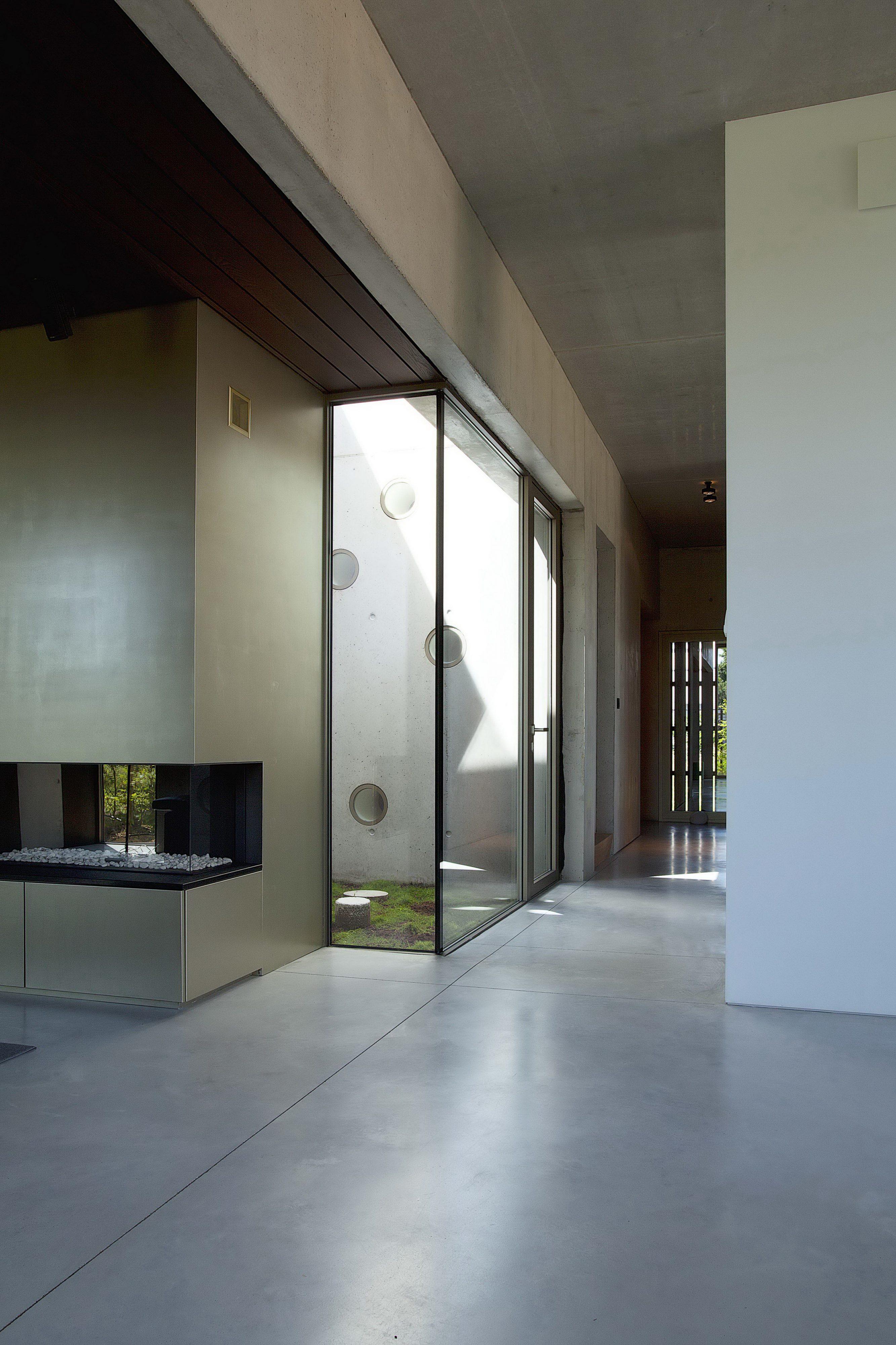 Concrete House Organized Around a Central Courtyard